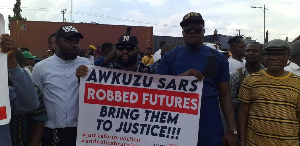 Police open fire on #Endsars protesters who marched to Anambra SARS headquarters